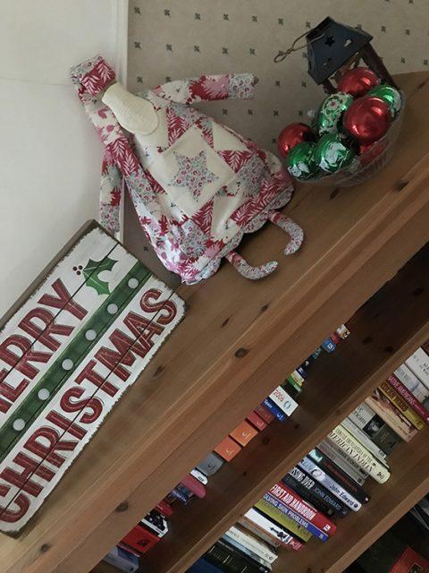 tilda_santa_bookshelf